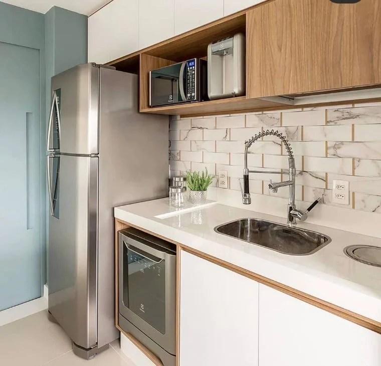 Cozinha com azulejo em forma de tijolos