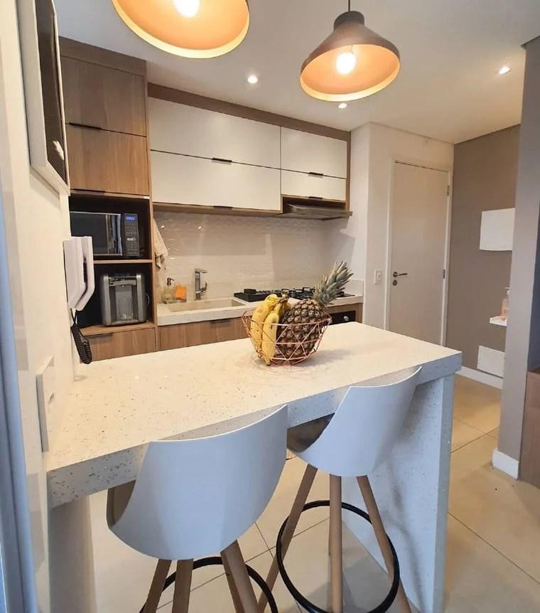 Cozinha branca e amadeirada