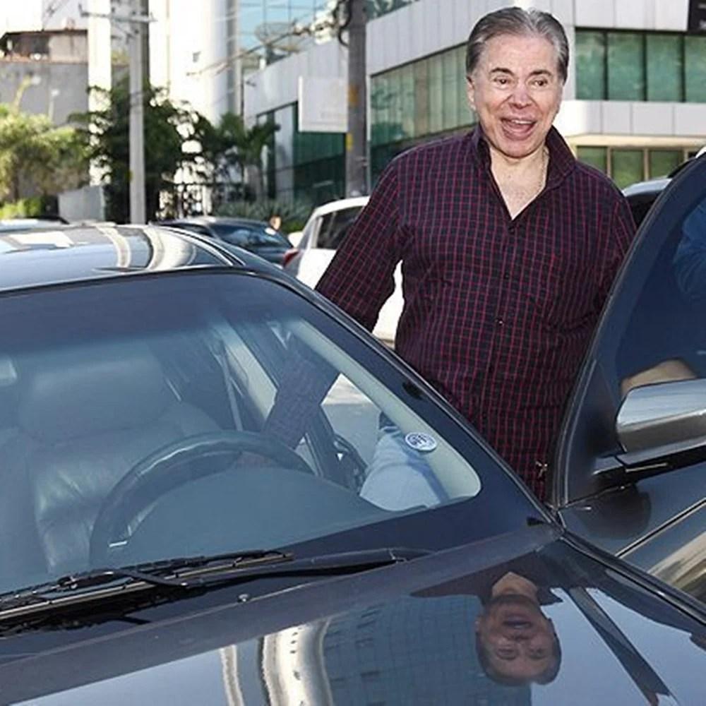 Silvio saindo de carro