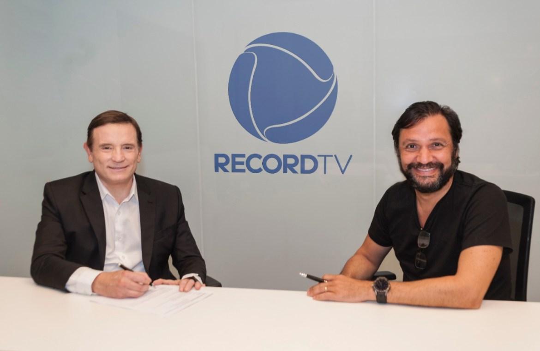 Roberto Cabrini e Antônio Guerreiro em assinatura de contrato
