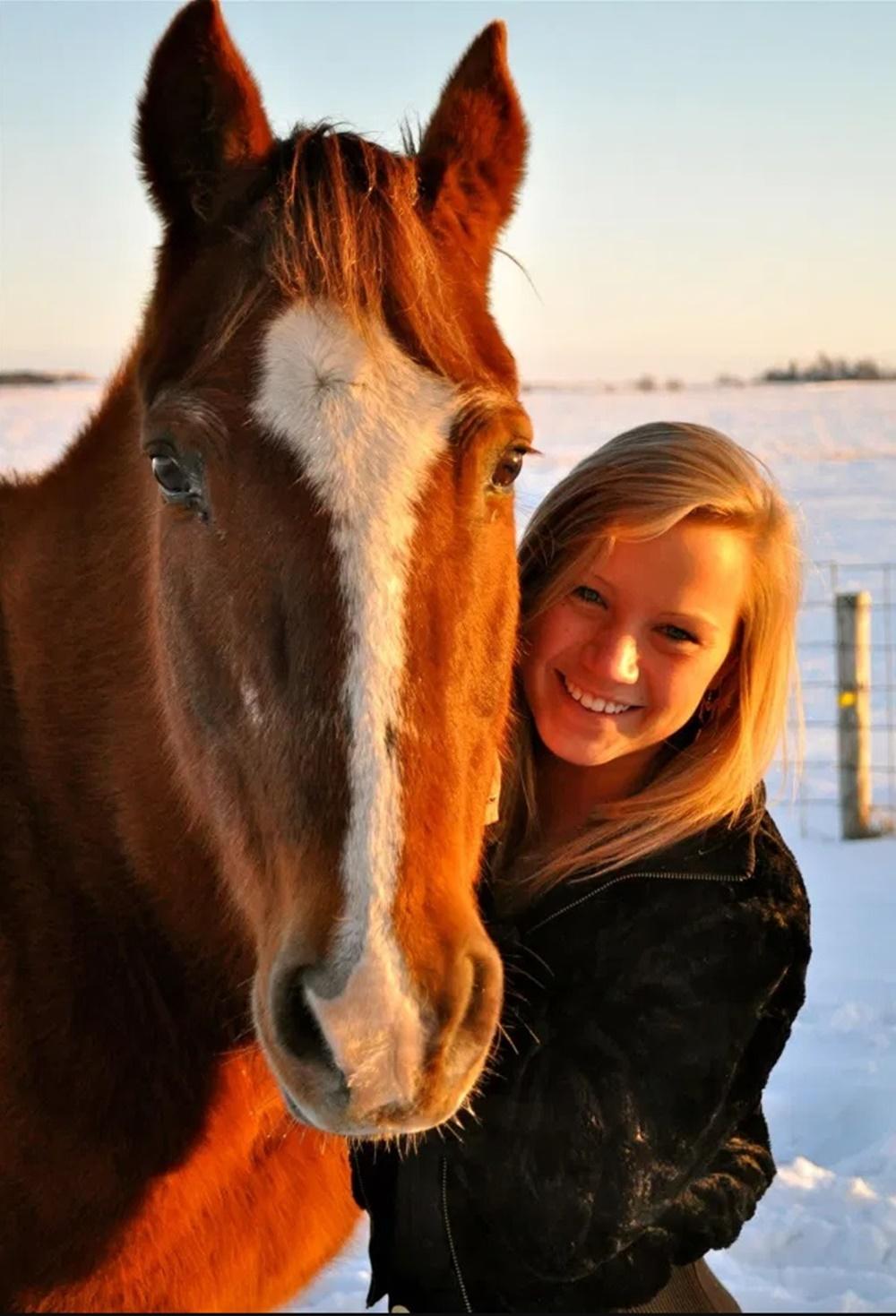 Apresentadora e cavalo.