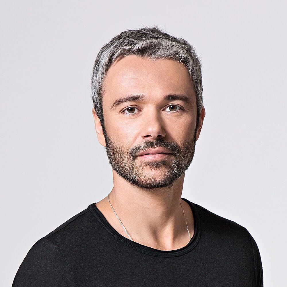 Artista com cabelos grisalhos: Ângelo Paes Leme.