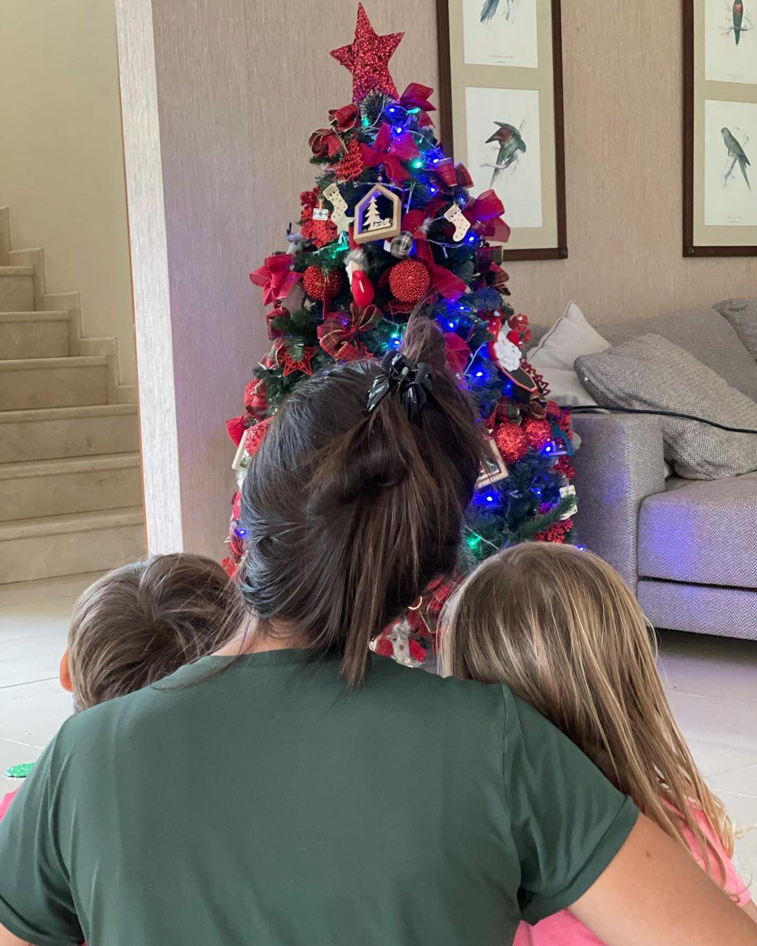 Thaís Fersoza e filhos em frente a decoração de fim de ano.