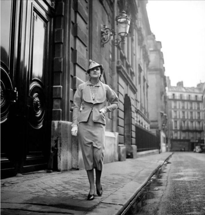 Mulher posando com um dos primeiros modelos de tailleur de Chanel, em 1935. Look da Moda e Cidadania nos anos 20 e 30.