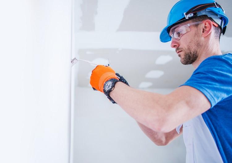 homem fazendo instalação elétrica