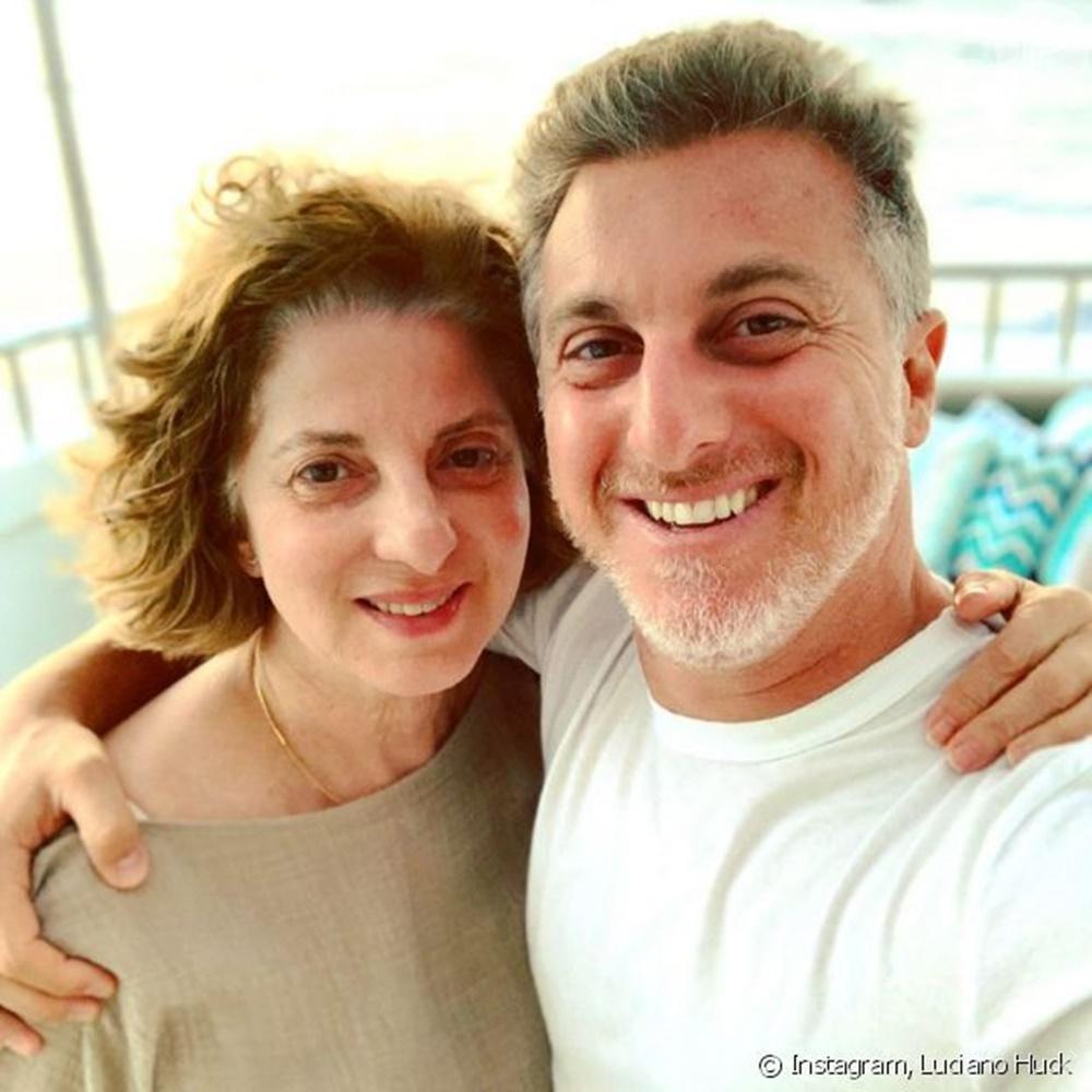 Luciano Huck e mãe em comparação.