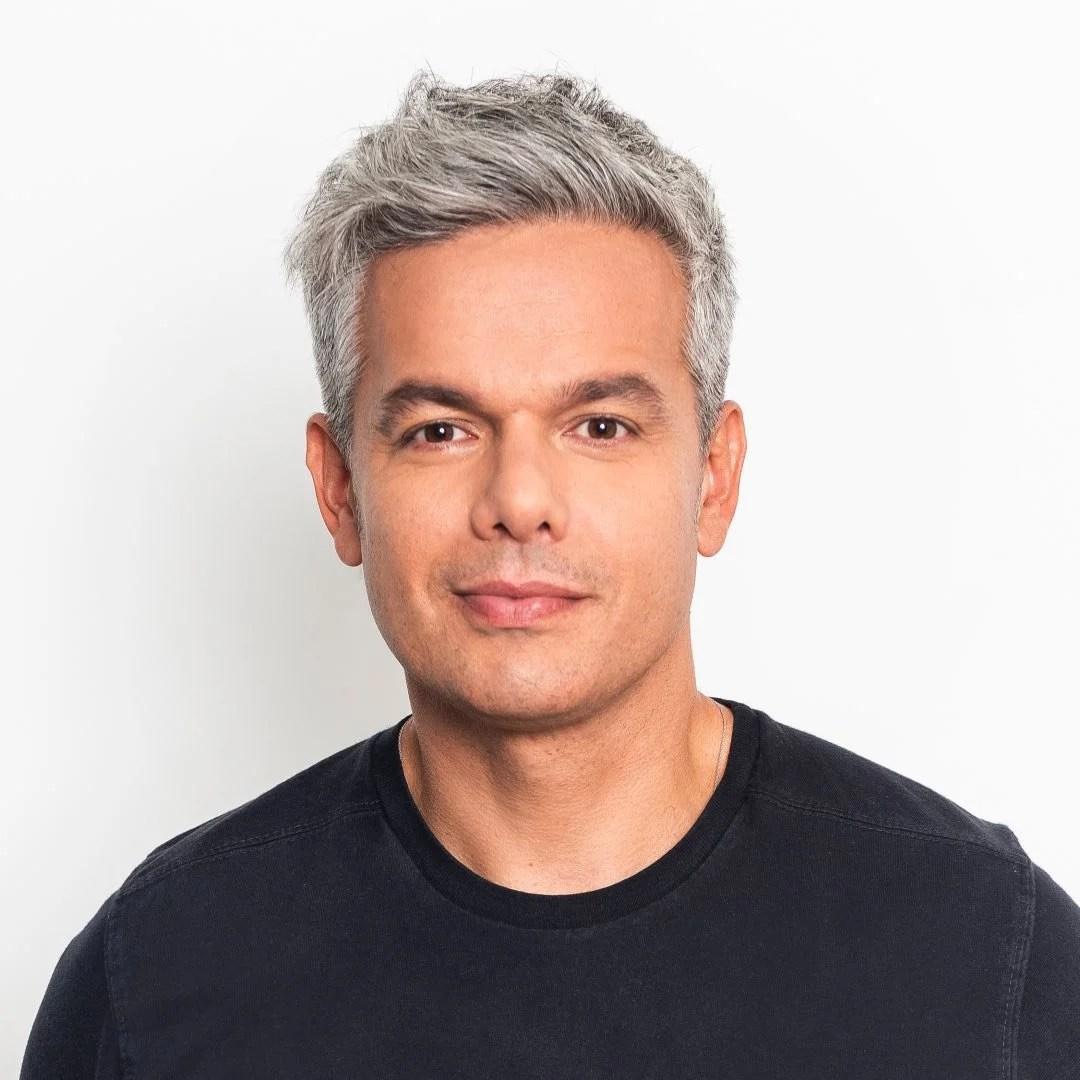 Artista com cabelos grisalhos: Otaviano Costa.
