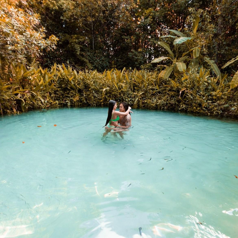 Casal em piscina natural.