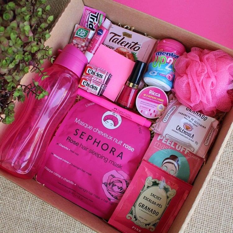 caixa com itens rosa