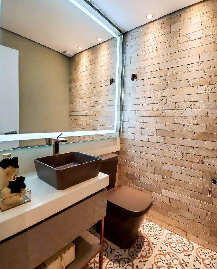 Banheiro com espelho iluminado