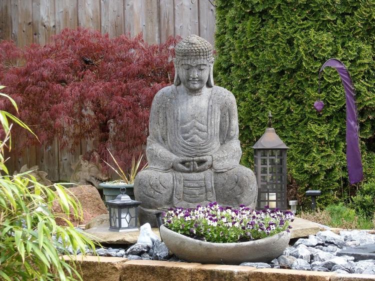 jardim zen com estátua de Buda