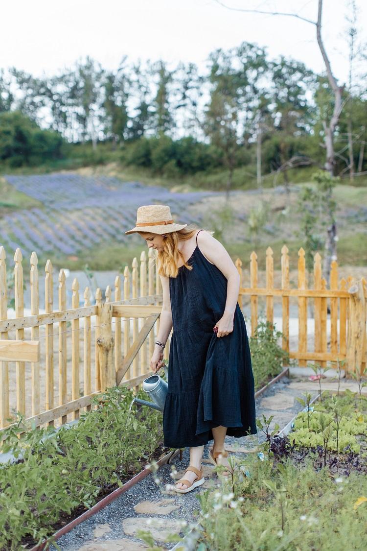 mulher regando horta