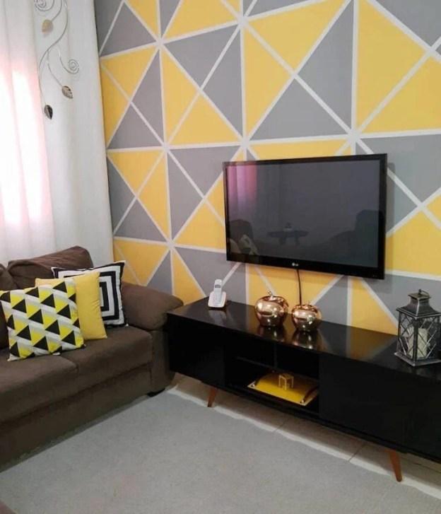 Sala com parede geométrica