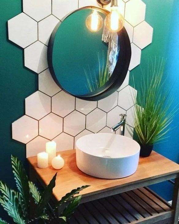 Parede geométrica com azulejos