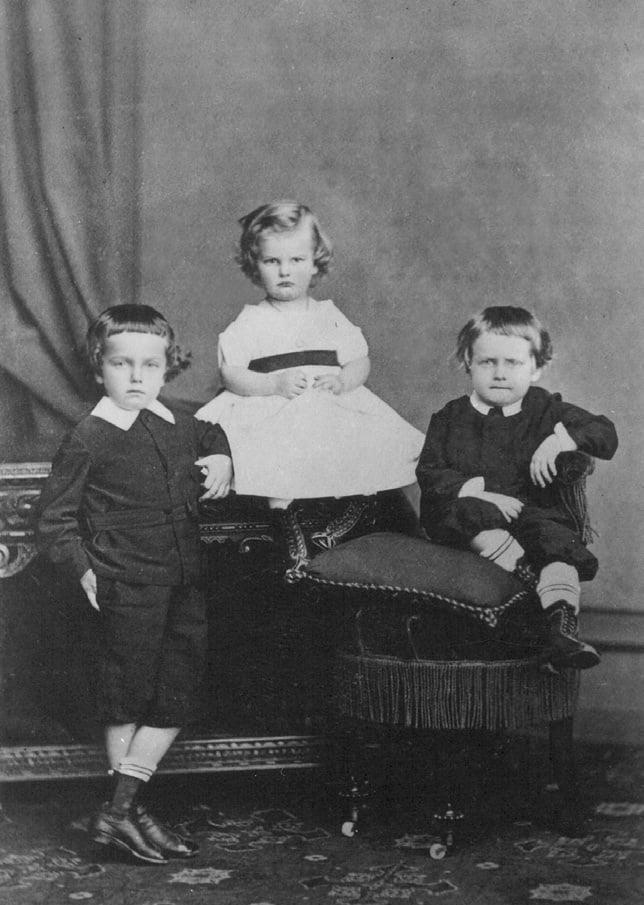 Foto dos filhos da Princesa Dona Leopoldina de Bragança e do Príncipe Luís Augusto de Saxe-Coburgo-Gota: Dom Pedro Augusto, Dom José Fernando e Dom Augusto Leopoldo.