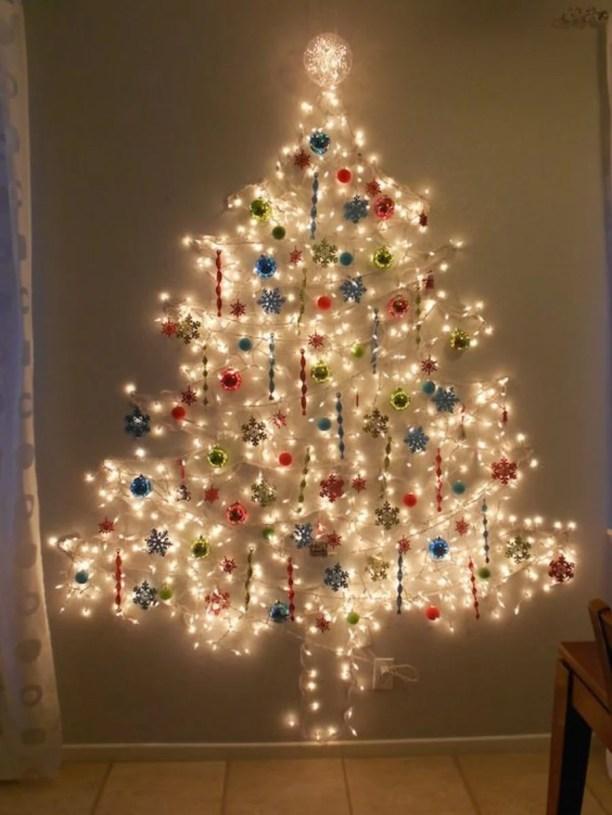 árvore de natal com pisca pisca na parede