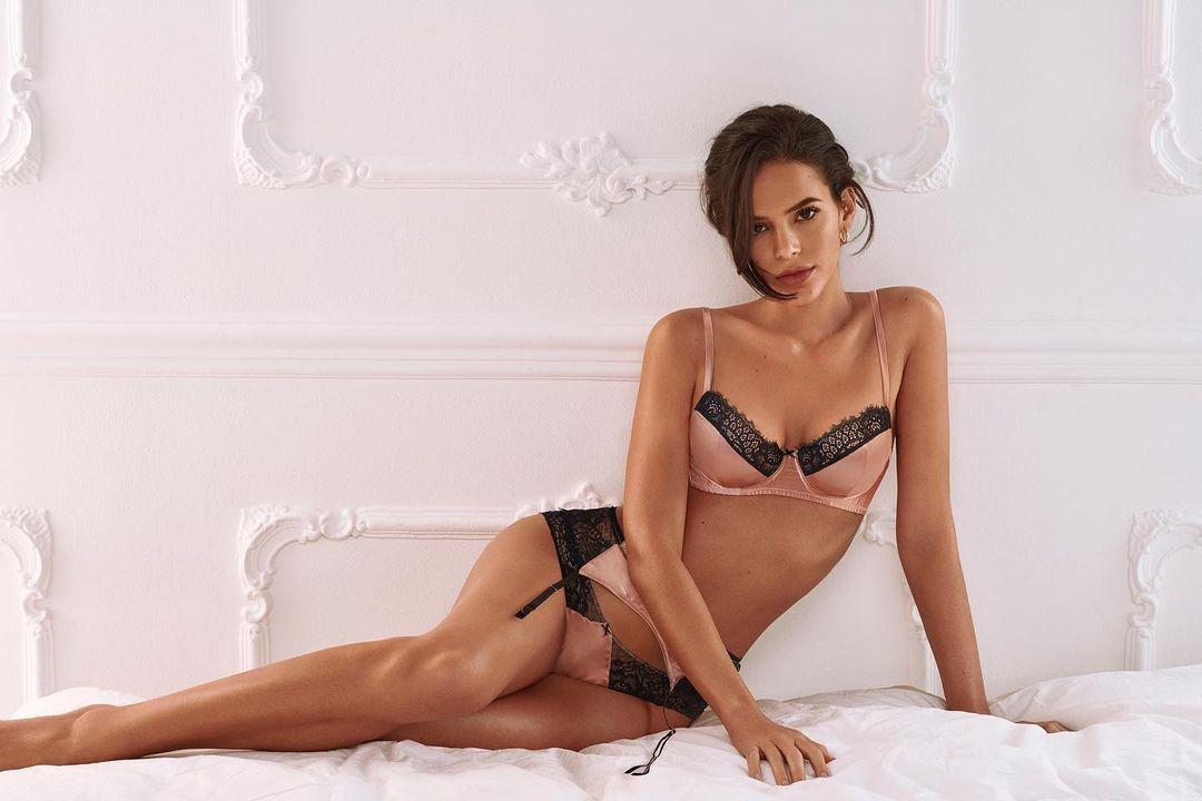 Bruna Marquezine de lingerie.