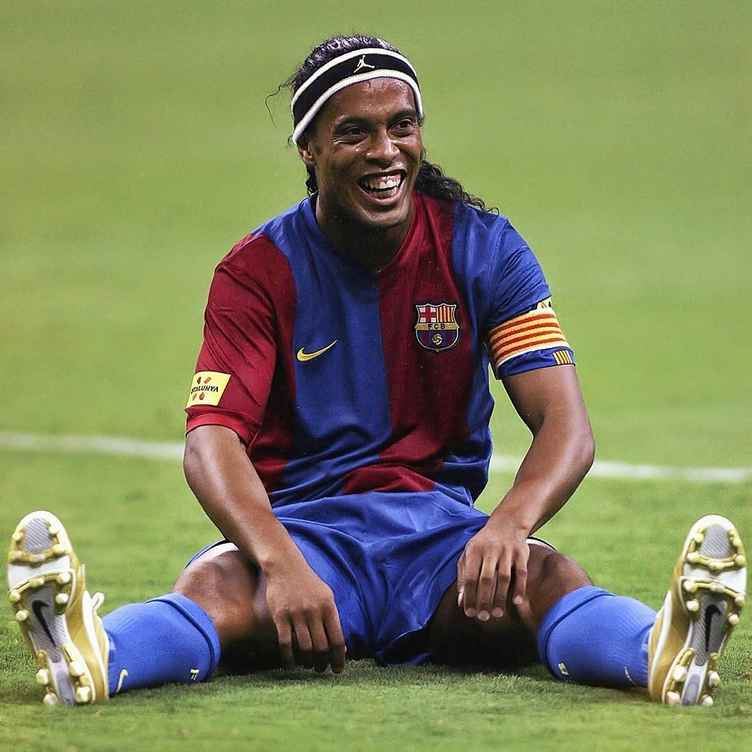 Ronaldinho Gaúcho jogando bola.