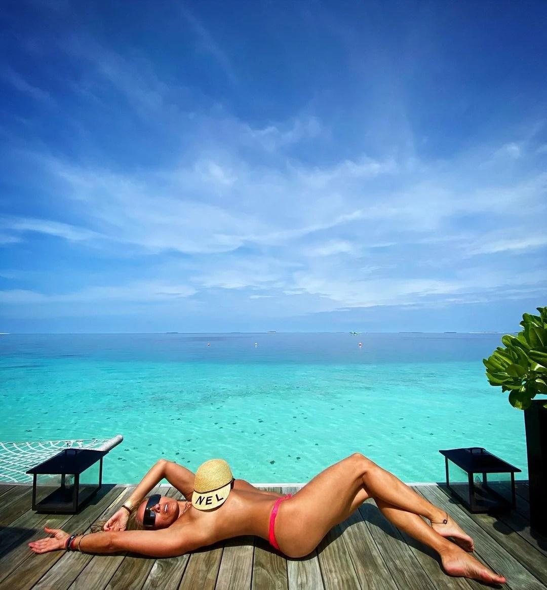 Adriane Galisteu nas Maldivas sem parte de cima.
