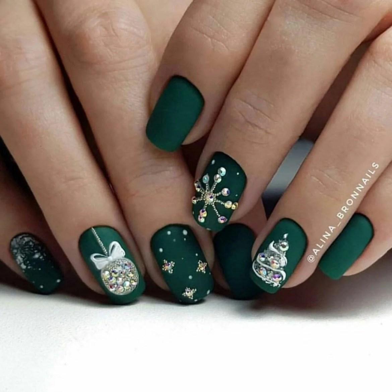 Verde escuro com pedras desenhando objetos natalinos, como árvore, flocos de neve e bolas de Natal.