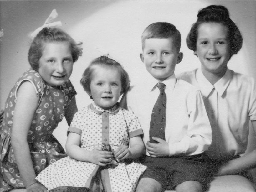Grupo de crianças no anos 50 vestidas com a moda infantil da metade do século XX.