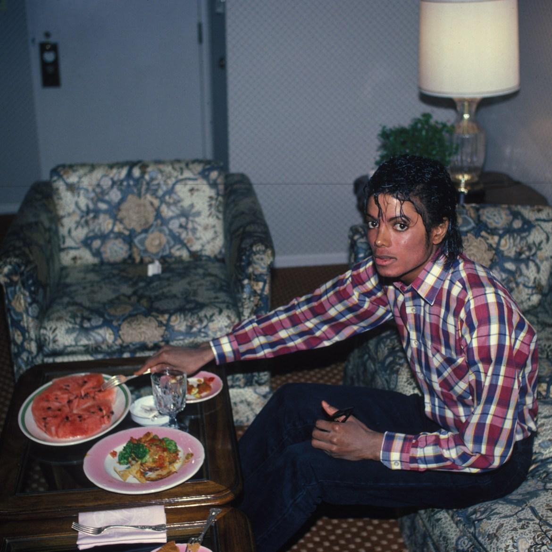 Michael Jackson comendo comida.