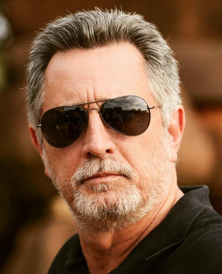 Eduardo Galvão com óculos de sol.
