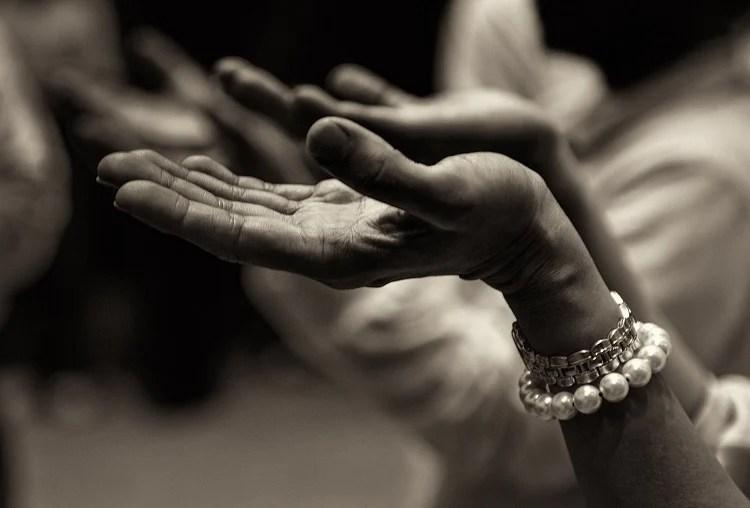 mãos com as palmas voltadas para cima