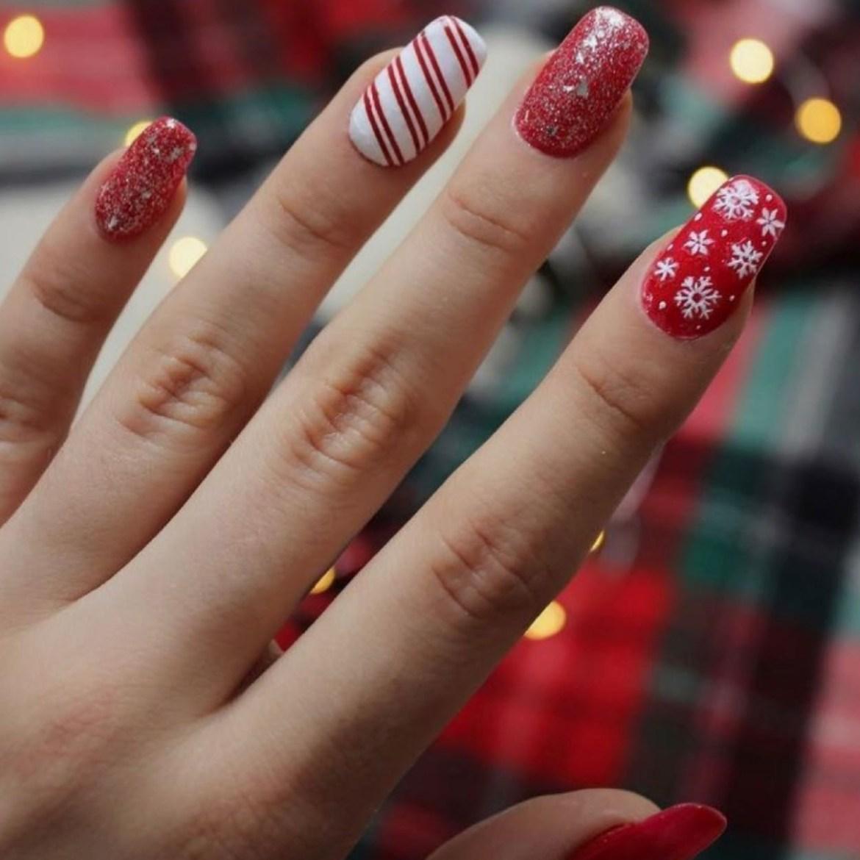 Unha natalina com flocos de neve e muito Glitter.