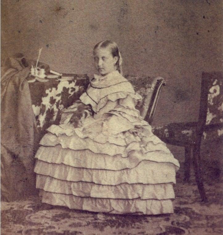Foto de Isabel, Princesa imperial do Brasil, posando com um vestido com babados aos 12 anos, em 1858.