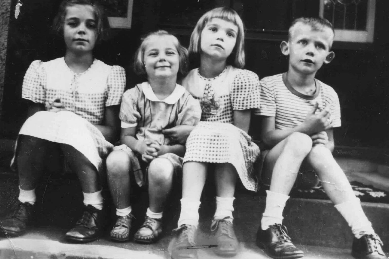 Foto de um grupo de crianças vestindo a moda dos anos 40.