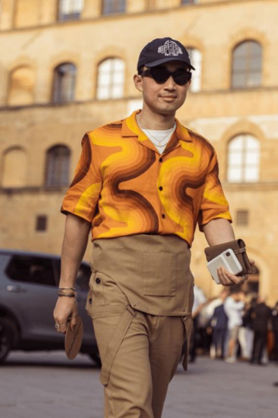 Homem com jardineira e camisa estampada