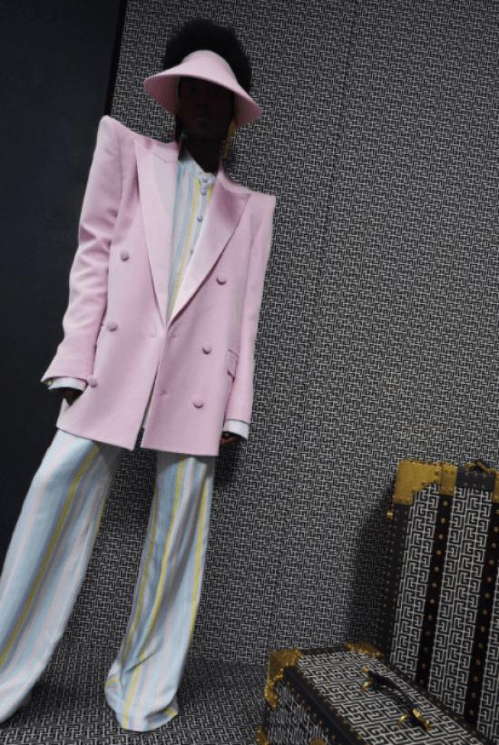 Blazer lilás com maxi ombreira e conjunto listrado
