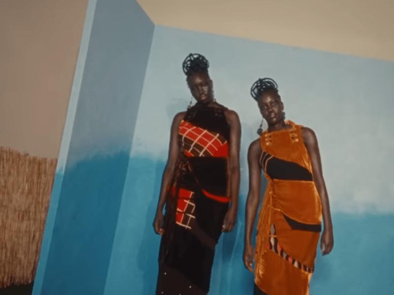 Modelos usam vestidos com recortes