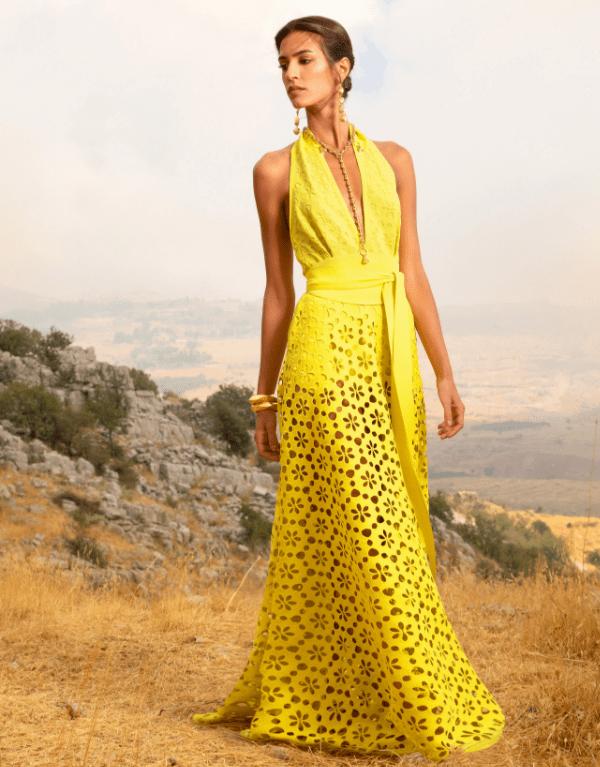 Modelo usa vestido laise amarelo