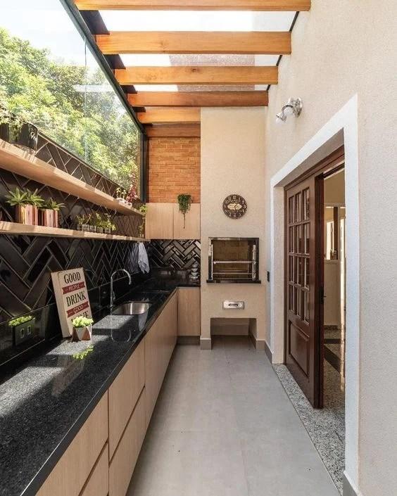 Cômodo com porta de madeira