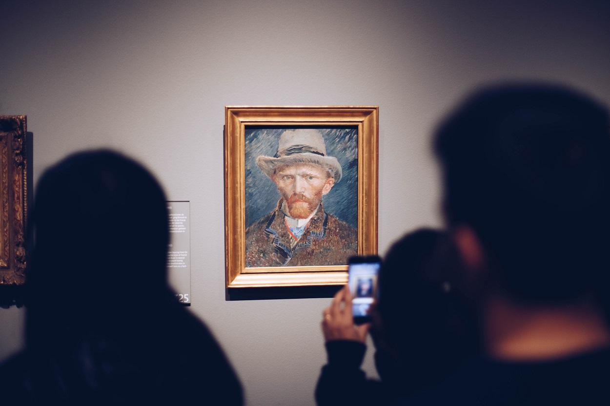 obra de Van Gogh sendo fotografada com smartphone