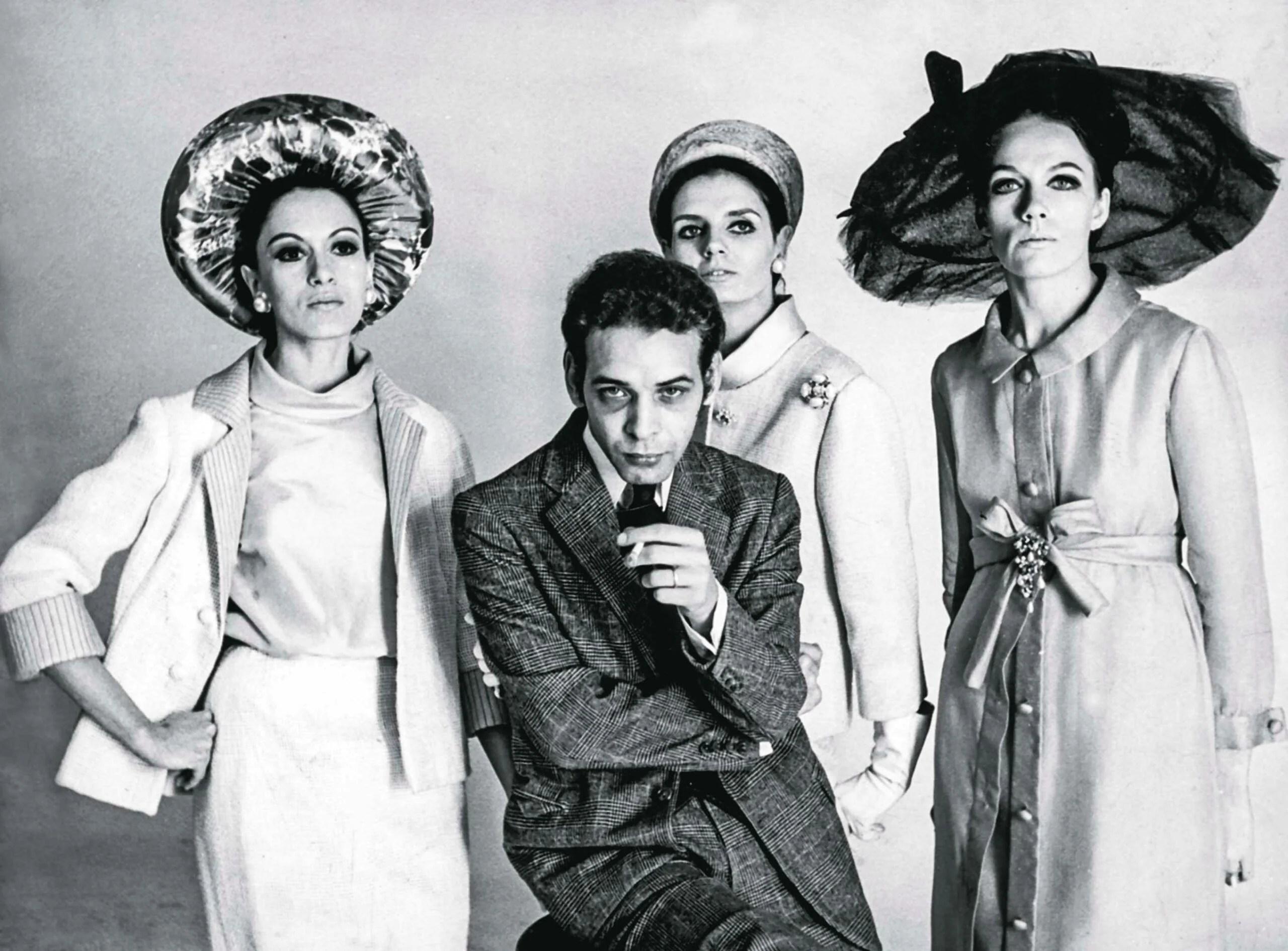 Dener Pamplona ao centro, com as modelos Leilah Assumpção (à esq.), Marilu e Jô. 1968.