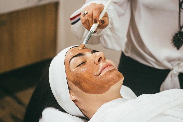 aplicação de máscara de argila para manchas na pele