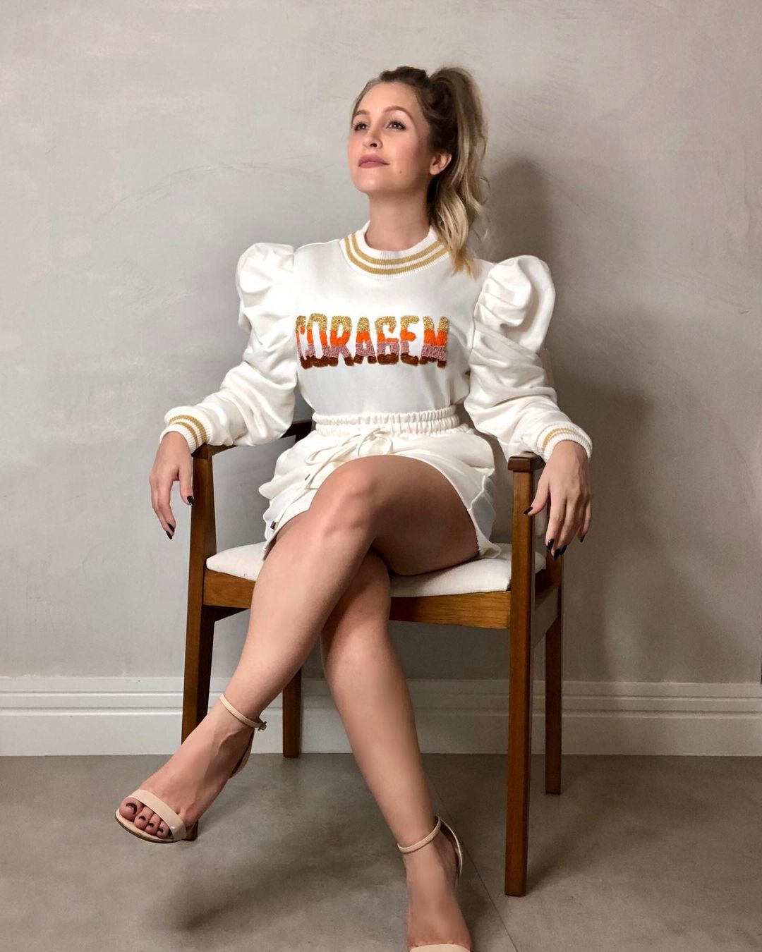 """Carla Diaz, foto com blusa escrito """"Coragem""""."""