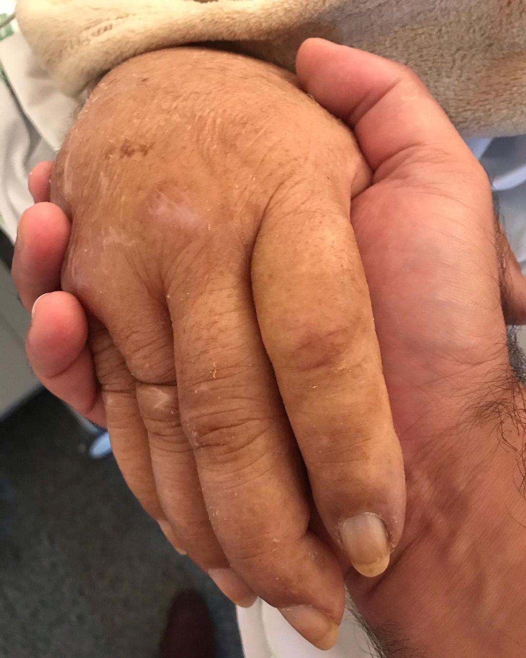 João Lacerda Neto segurando a mão do pai em hospital, o Brasil chora sua partida.