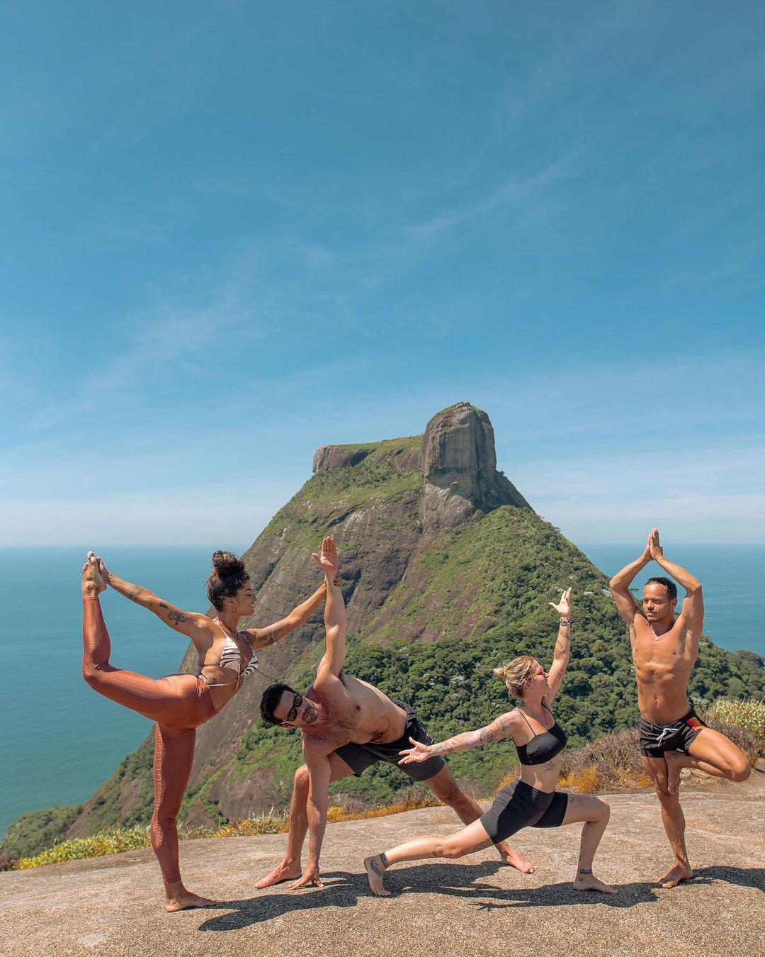 Amigos e professora praticam atividade no Rio de Janeiro.