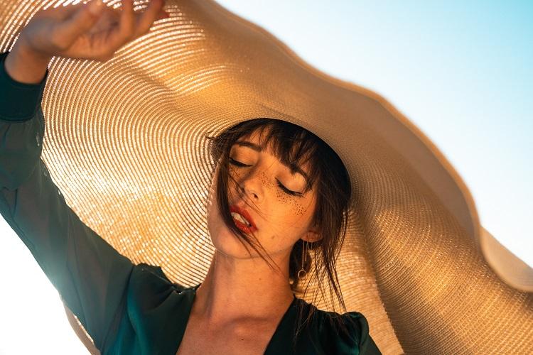 mulher tomando sol, maior causa de manchas na pele