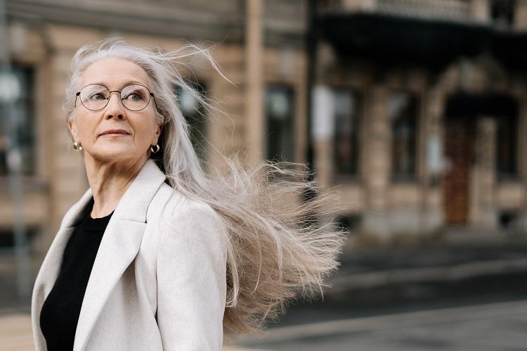 mulher com cabelos brancos longos voando ao vento