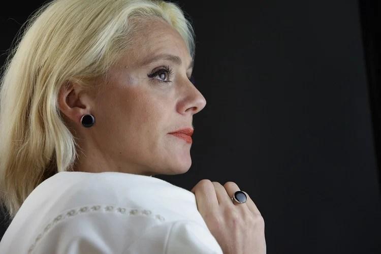 mulher de cabelos brancos amarelados de perfil
