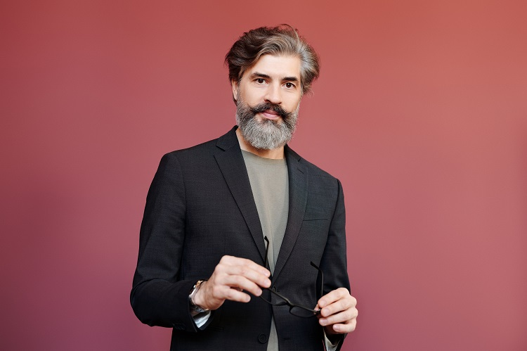 homem de cabelo e barba grisalhos