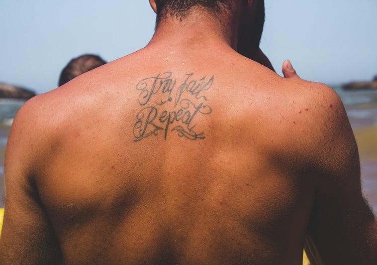 homem com tatuagem nas costas