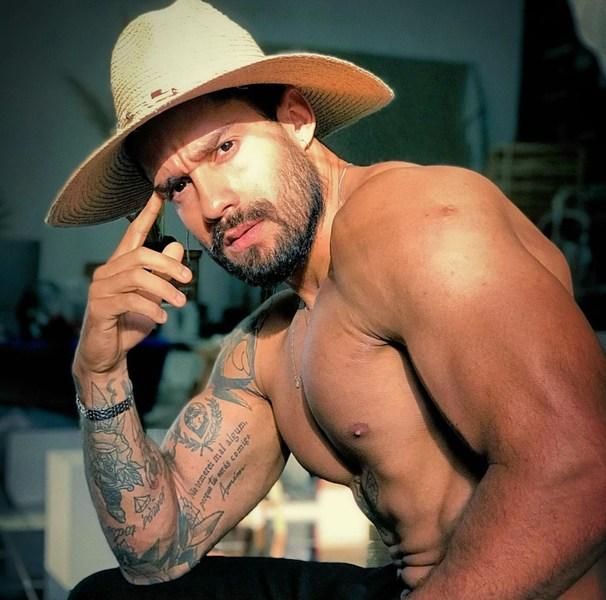 Na foto, aparece Acrebiano Araújo posando sem camisa exibindo suas tatuagens.