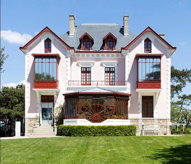 """Casa da família na vila """"les Rhumbs"""", em Granville, hoje convertida no Museu Christian Dior Granville."""
