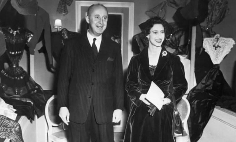 Christian Dior com a Princesa Margaret durante a sua visita à Mansão Dior em Paris, em 1951.